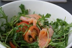 Rucola salade met trompette de la mort, gerookte zalm en peer