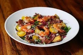 Gamberi salade met lettuce sla en gedroogde tomaten