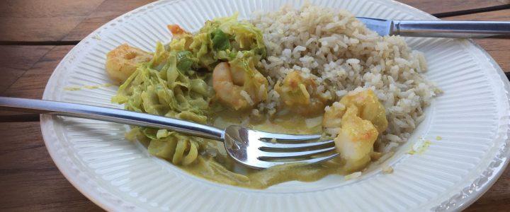 Spitskool met groene curry, kokosmelk en gamba's
